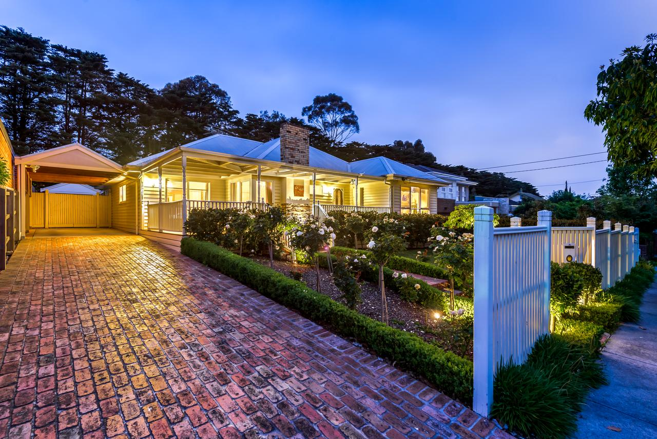 Lovely 5BR full house in Glen Waverley walk to train bus  shops